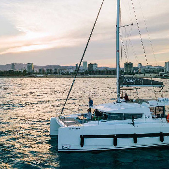 Alquila tu catamaran Sail District en Barcelona o alrededores. ¡Disfruta del mar!