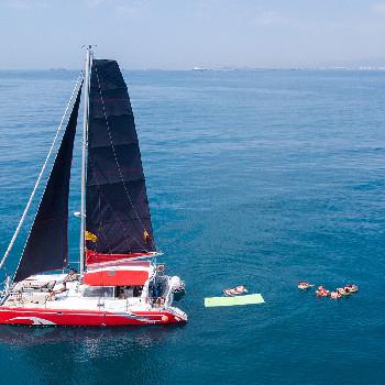 Rent your catamaran CATA 136 in Barcelona or surroundings and enjoy our catamaran trip.