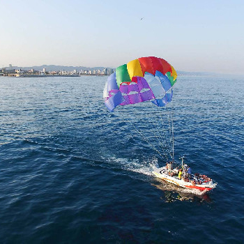 Observe the city's skyline from the parasailing at 150m altitude.