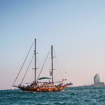 Admire the best views of the city from the sea with our walking tour and sailing activity.
