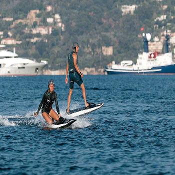 This Jetsurf with instructor is ideal if you want to have fun surfing the beaches.