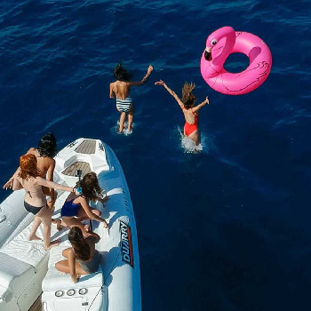 We offer hen parties by boat in Barcelona! Inflatables, music, drinks... Check it out!