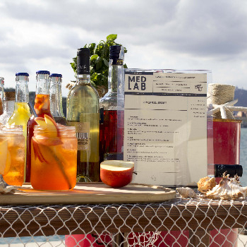 Immerse yourself in our Mediterranean and take care of it in this eco-laboratory learning how to make a sustainable cocktail created with aquaponic aromas, materials extracted from underwater cleaning and recycled utensils. Easy, good and 0 wasting!